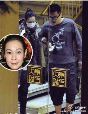 刘若英和钟先生在北京逛街(资料图片)