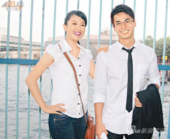 拍合照时,张慧雯爽快地搭着罗仲谦的肩膀,完全没有避忌。