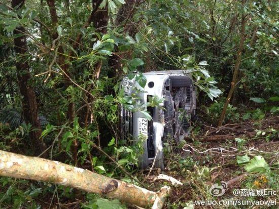 孙耀威在微博中贴出的车祸图片