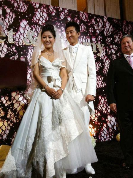 洪天明与周家蔚在婚礼上接受亲友的祝福