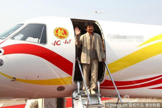 成龙乘私人飞机亮相。图片来源:东方IC