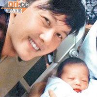 初为人父的王浩信,不停与女儿玩自拍