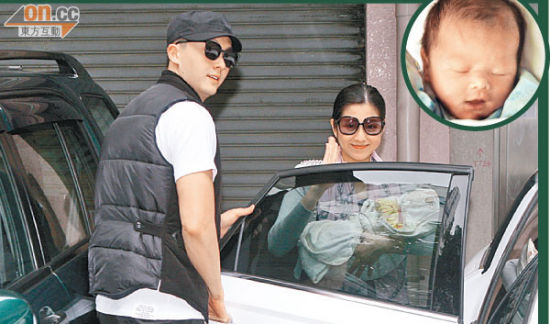 陈自瑶抱着爱女上车