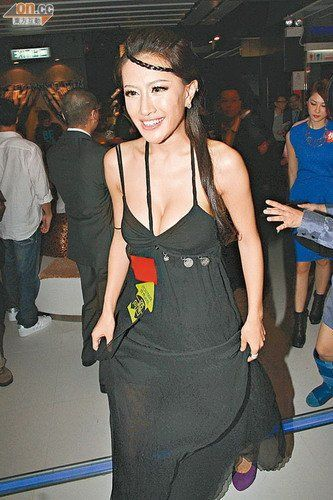 王李丹妮(左)与张暖雅表示性感纯粹工作需要