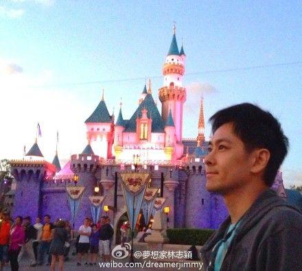 林志颖在梦幻城堡前留影