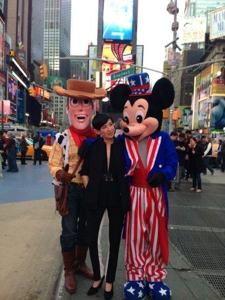 吴君如在美国时代广场与米奇和胡迪合影