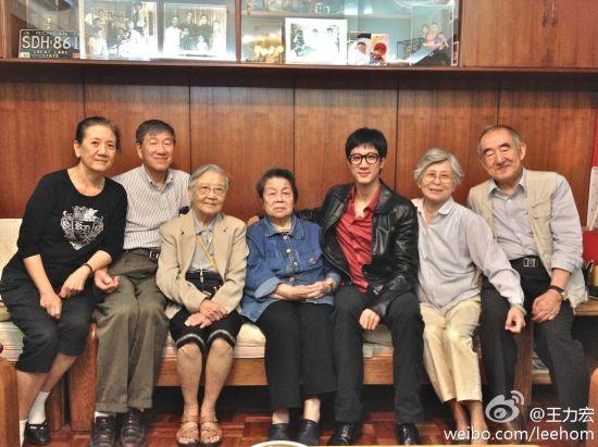 王力宏全家福(左起:妈妈、爸爸、三姨婆、二姨婆)