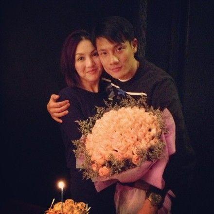 丁子高晒与杨千�美寺�恩爱合影庆结婚纪念日