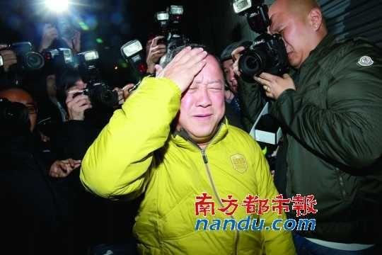 曾志伟办末日派对,散场后被大批记者恭候,混乱中,志伟被话筒击中头部。