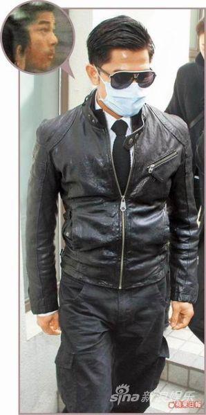 郭富城昨天(1月8日)穿着黑色衣服,戴着口罩和墨镜离开火葬场。