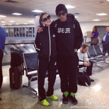 黑人与范玮琪同穿黑色运动服