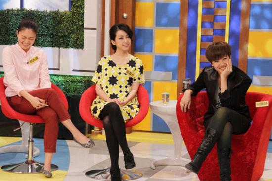 何韵诗(右)与绯闻女友邓九云(左)一起上《康熙来了》接受访问,面对询问是否为一对恋人?两人微笑打太极,不承认也不否认。