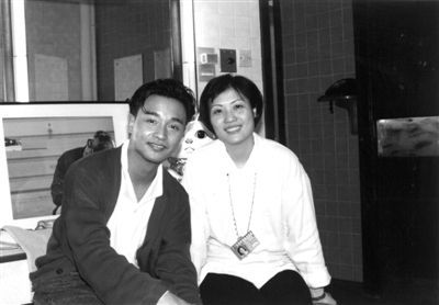 陈淑芬与张国荣的早年合影。