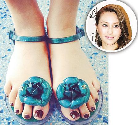 何超云4月19日在微博上载一张穿着新款绿色花凉鞋、脚趾涂上脚甲油的照片