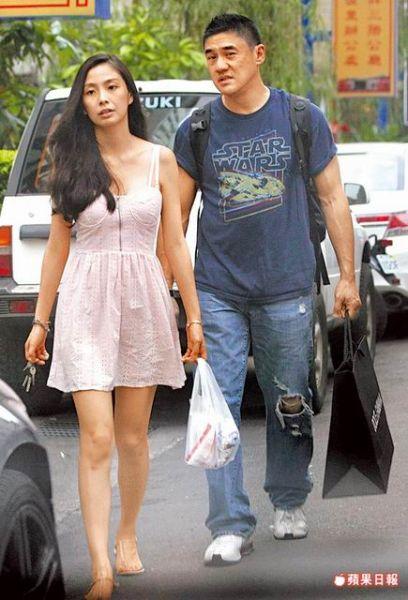 吴大维(右)提纸袋跟在肩带妹旁边,拿着钥匙的肩带妹神情严肃。