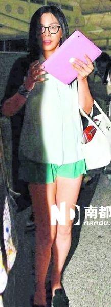 第三天,王祖贤离港时全程以iPad遮面,只在入闸时露出样貌。