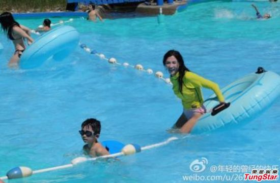张柏芝与儿子戏水