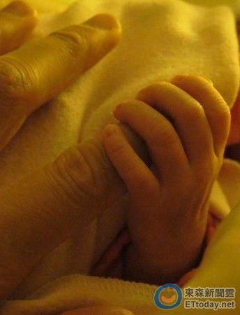 吴尊被女儿温馨握手指。