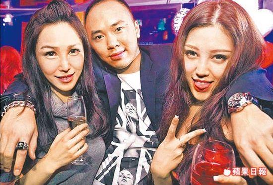 逛夜店搂妹合影 李宗瑞先前常流连夜店,曾与前主播曾以晴(左)、杨偌梅(右)合照,两女均非迷奸案被害人。资料照片