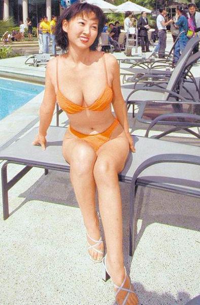郁方1999年曾穿比基尼,大秀34E巨乳