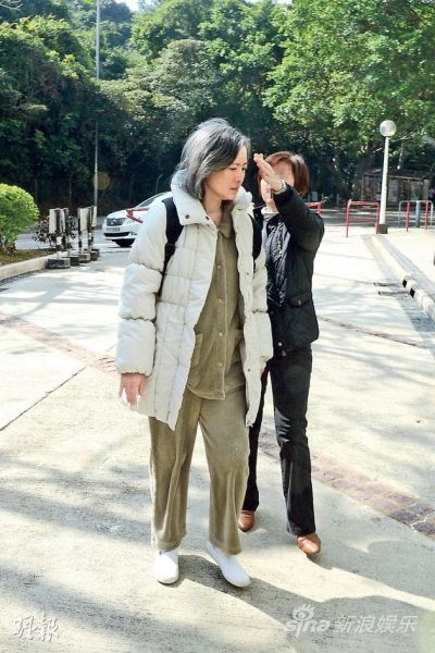 """被传""""失踪""""后的蓝洁瑛昨天(12月22日)下午首次露面,她参加教会聚会后由女教友陪同下返回赤柱寓所。"""