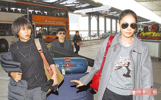 王菲近日带着女儿窦靖童一起从香港返京