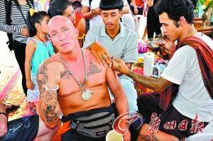 """来自欧洲的泰拳手在接受文身,这是拜师大会中的一个""""自选""""项目。"""