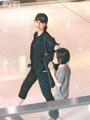关咏荷带女儿张童逛街,女儿对镜头十分敏感。
