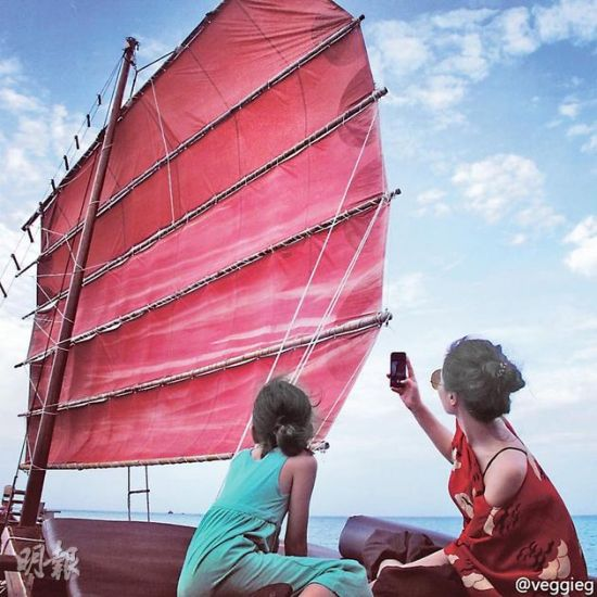王菲与女儿李嫣游船十分写意。