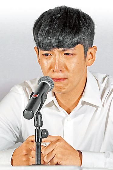 柯震东在会上哭崩认错。