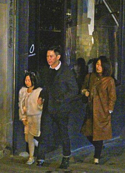 一家人漫步街头