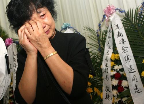 组图:陈述追悼会孙道临送别老友妻子频频落泪