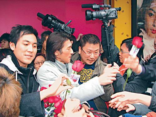 组图:钟嘉欣闹市送玫瑰花情人节不敢单独赴约