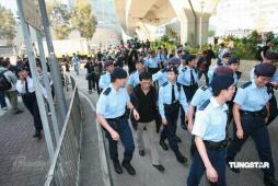 组图:媒体疯狂围堵陈冠希数十警力护送其离去