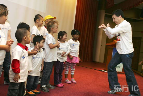组图:成龙新加坡探访癌症病童手把手传授武功