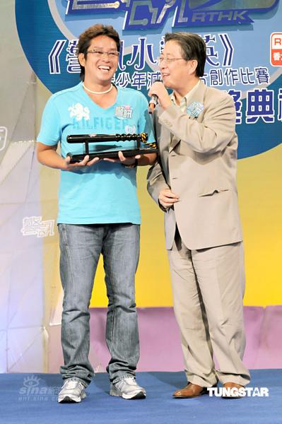 组图:谭咏麟获赠警棍受勋章望为年轻人树榜样