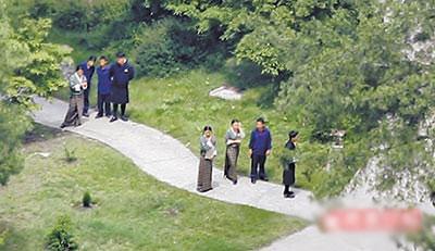 图文:伟玲大婚现场--不丹当地人担任招待