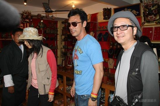 组图:众星结伴逛不丹叶童流连工艺品小店