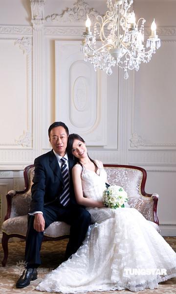 图文:郭台铭曾馨莹订婚宴--华贵婚纱照