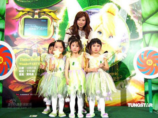 人气青春歌手贾晓晨 (jj)由6位以小仙子打扮的得意可爱小女孩陪同下