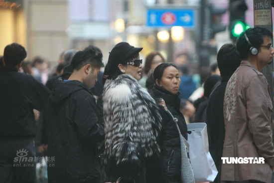 组图:狄波拉逛街购物未受危机影响大袋战利品