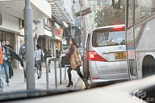 组图:刘嘉玲逛街皮毛包身心急踱步狂煲电话粥
