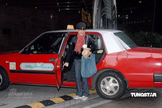 组图:邓萃雯坐的士抵达酒店全副武装躲避记者