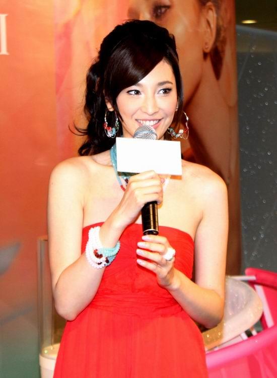 组图:吴佩慈耀眼红裙出镜笑靥甜美妩媚妖娆