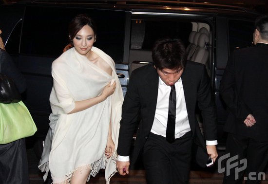组图:吴佩慈与男友酒店私会被撞破掩面速逃