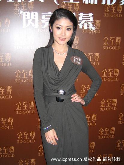 组图:陈慧琳戴千万钻戒怕丢拒绝握手