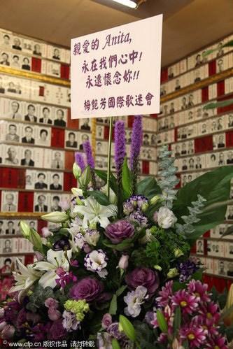 梅艳芳逝世6周年兄长灵堂献花神情哀伤(组图)