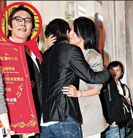 组图:刘嘉玲揽钮承泽臂弯举止亲昵任记者拍照