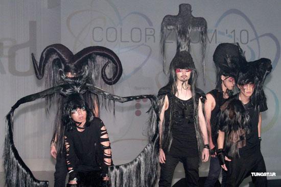 郑希怡头型复杂行动不便黑衣营造新感觉(组图); 发型秀; 哥特式风格动图片
