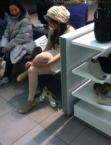 王祖贤加拿大遭网友偷拍,正在试鞋子。